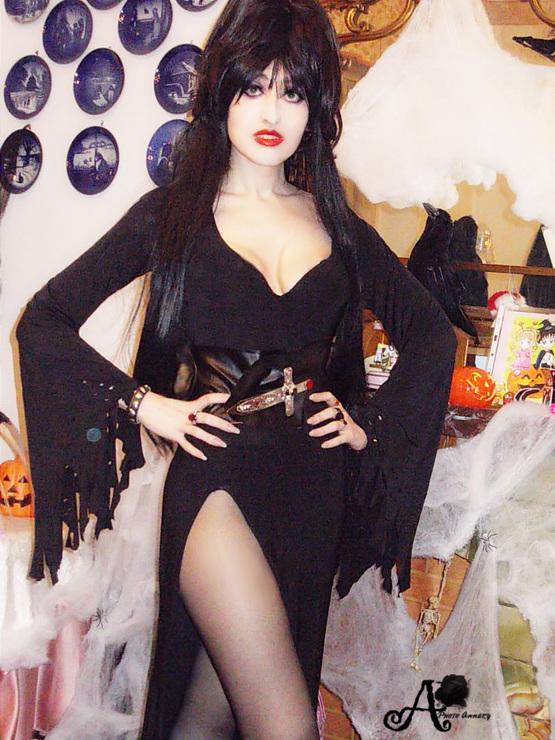 Elvira Mistress Of The Dark Cosplay Bratty Sis 1