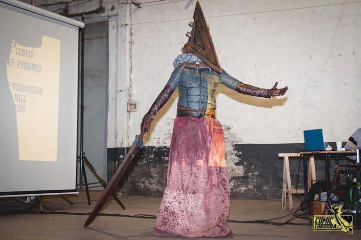 cosplay de pyramid head silent hill